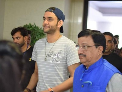 Welcoming the Chief Guest Mr Vikas Gupta for the inauguration of Clairvoyance'19